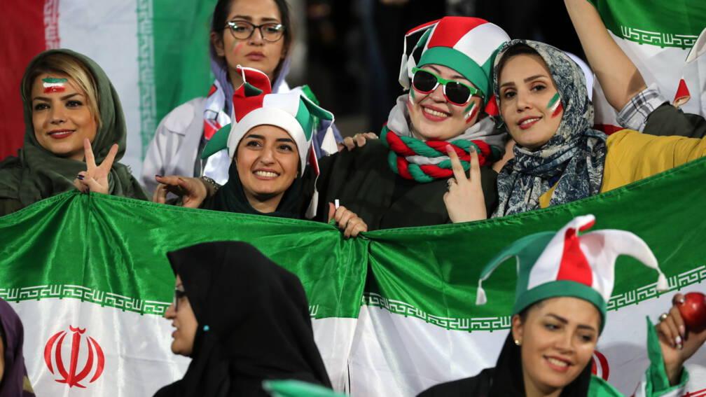 Bekijk details van Primeur: drie Iraanse vrouwen doen live verslag van Ajax-Chelsea