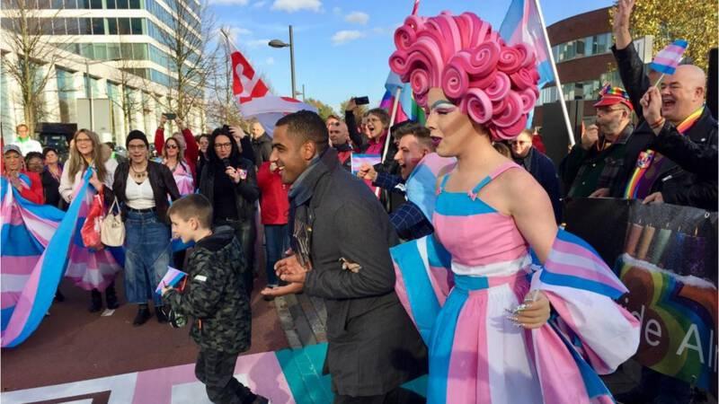Eerste transgenderzebrapad van Europa geopend in Almere