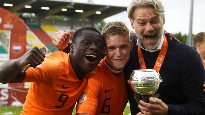 Succesvol jeugdcoach Van der Veen, voormalig hovenier met trainersdroom - NOS