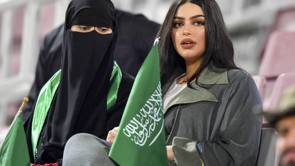 Bekijk details van Saudische ongehuwde mannen en vrouwen mogen voortaan samen naar het restaurant