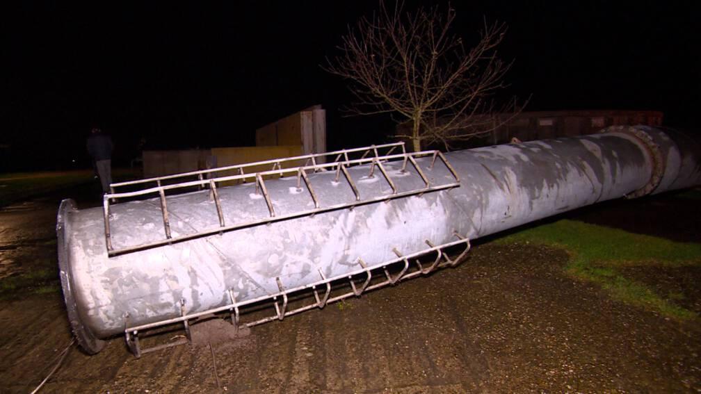 Bekijk details van Windmolen valt op openbare weg in Jorwert, mogelijk door wind
