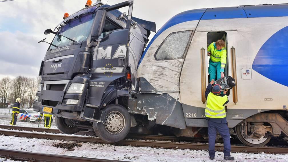 Grote schade bij aanrijding vrachtwagen met trein.