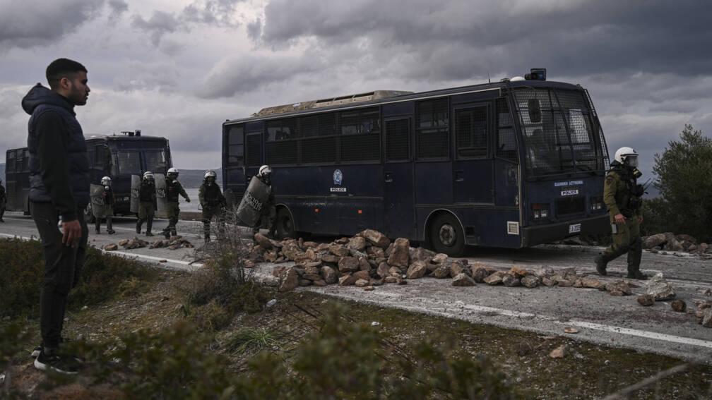 Bekijk details van Oproerpolitie op Griekse eilanden grotendeels teruggetrokken na hevige rellen