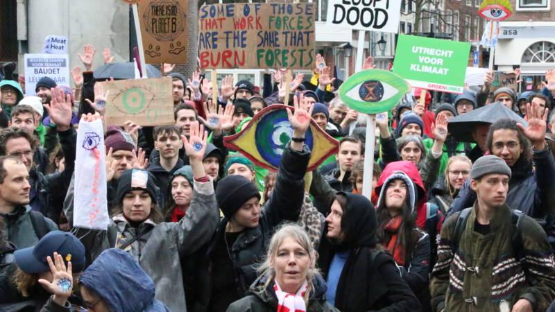 Honderden actievoerders lopen mee in kletsnatte klimaatmars Utrecht