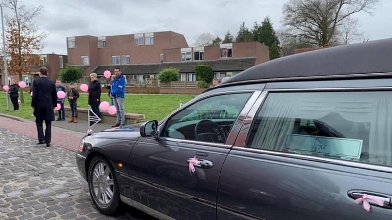 Indrukwekkende erehaag in Steenwijk voor verongelukt meisje (5)