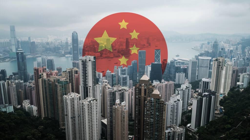 Juist nu de wereld wegkijkt, breidt China zijn macht in Hongkong uit | NOS