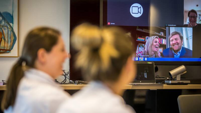 Koninklijke familie vrolijk en openhartig in videobelgesprekken met Nederlanders