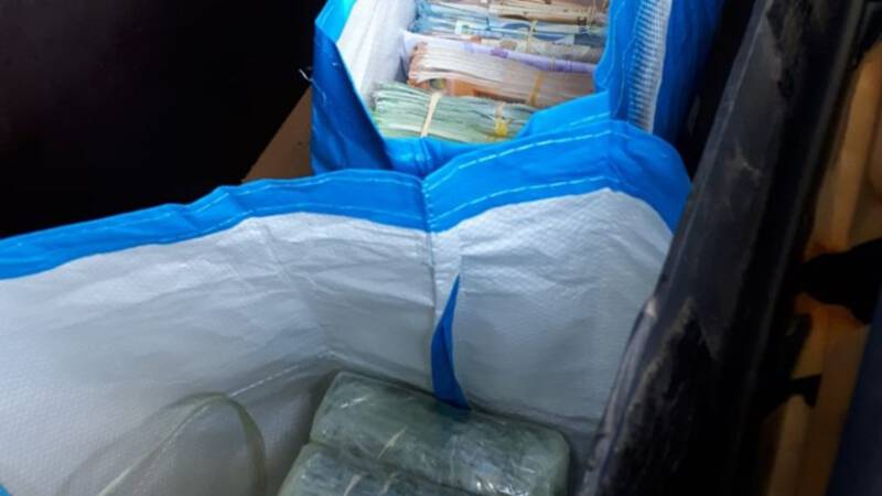 Politie vindt 8 ton cash en partij coke in verborgen ruimte auto
