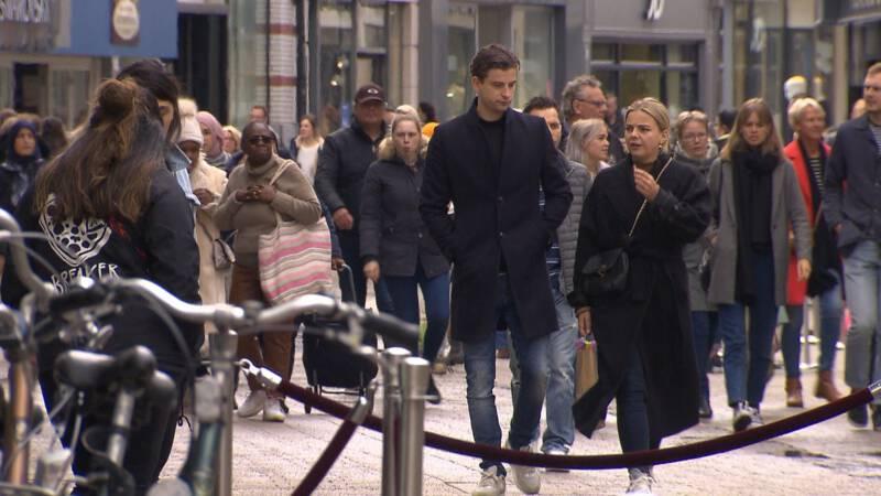 Meer mensen op de weg en in winkelstraten: 'Het is behoorlijk druk'