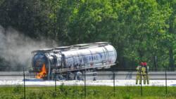 Vrachtwagenchauffeur omgekomen bij ongeluk op A67, tankwagen in brand.