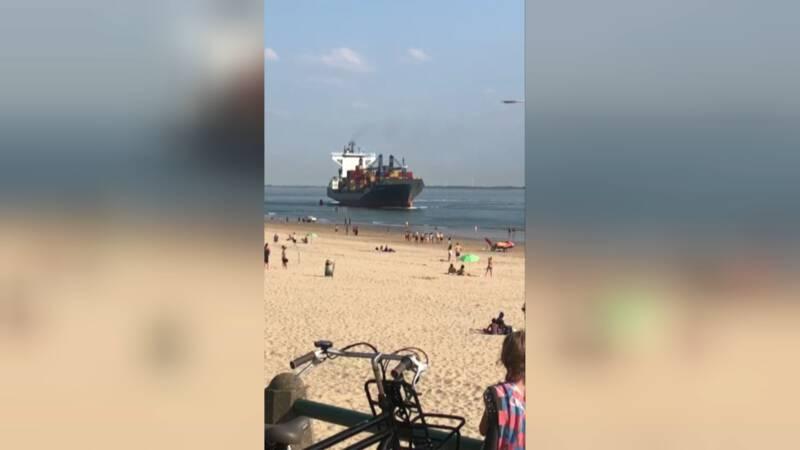 Groot container-schip vaart bijna het strand op