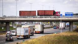 A16 bij Breda nog uren dicht na ongeval met twee vrachtwagens.