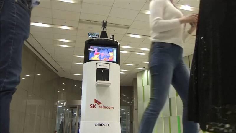 Deze robot waarschuwt als mensen geen mondkapje dragen