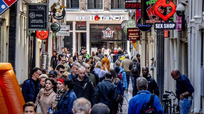 Amsterdam wil zelf 'regelen' hoeveel toeristen in stad blijven slapen