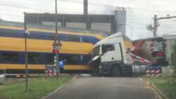 Botsing intercity met vrachtwagen gefilmd, treinverkeer ligt nog uren stil.
