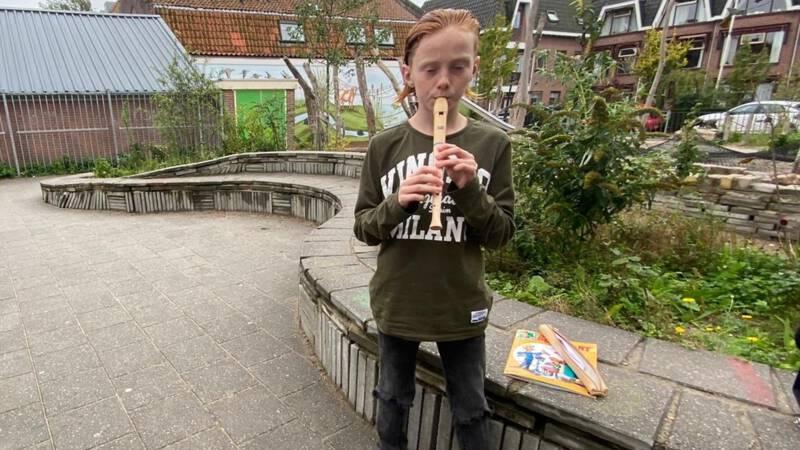 Weggestuurde blokfluitspeler Regillio krijgt muziekles
