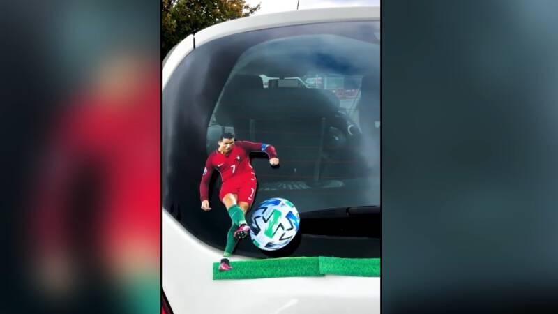 Man gaat viral met voetballers op ruitenwissers