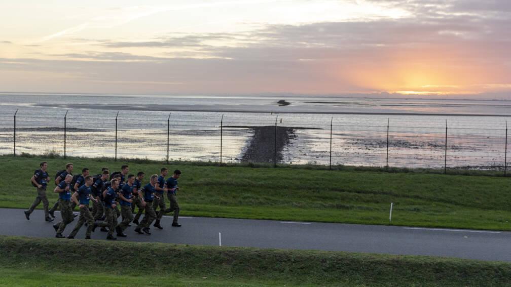 Bekijk details van Mariniers verpulveren speedmarsrecord voor het goede doel