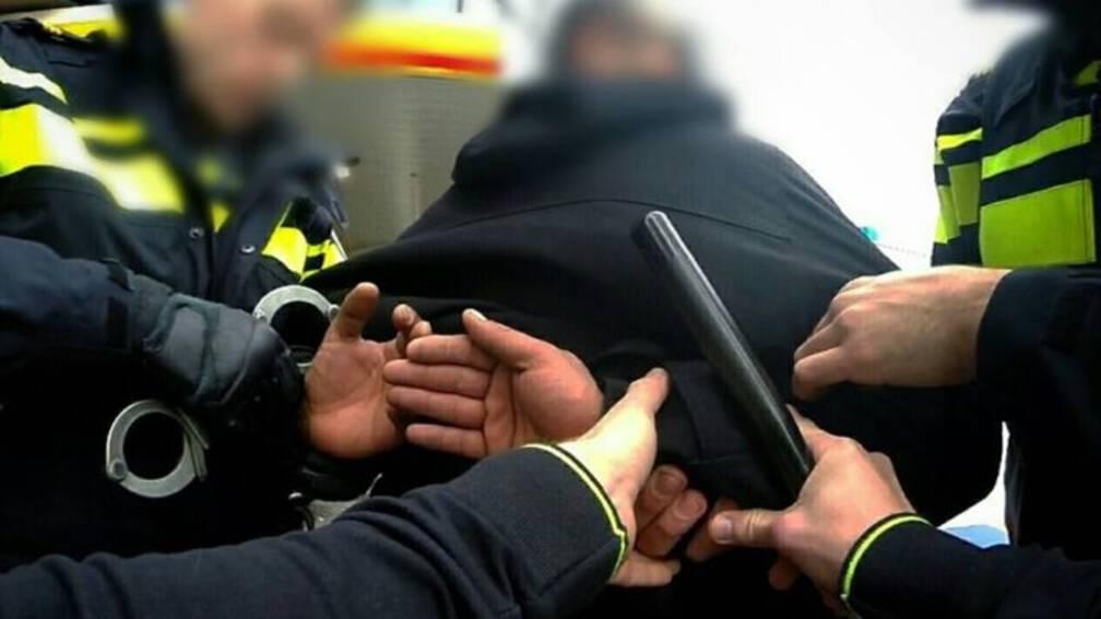 Bekijk details van Agenten bekogeld met glazen en stoelen op illegaal feest Alblasserdam
