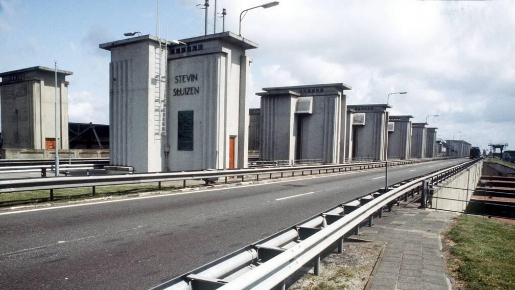 Bekijk details van Stevinsluizen bij Den Oever half jaar dicht voor scheepvaart