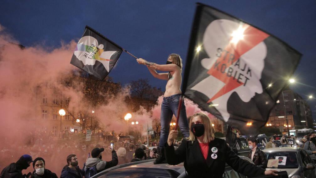 Polen blokkeren straten uit protest tegen inperking abortuswet