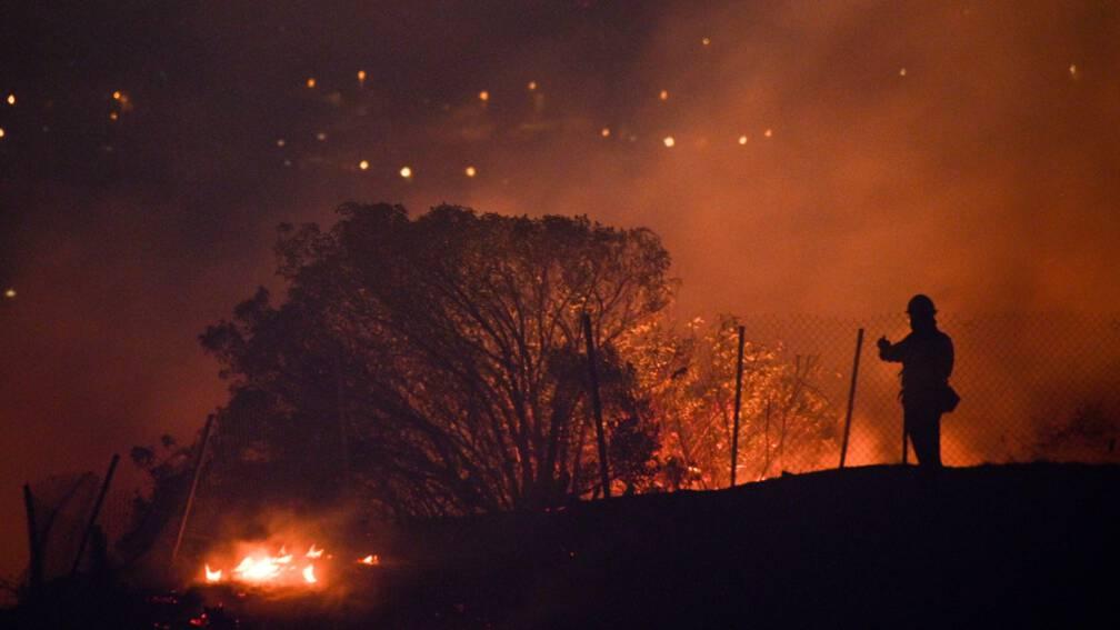 Bekijk details van Honderdduizend Californiërs geëvacueerd vanwege bosbranden