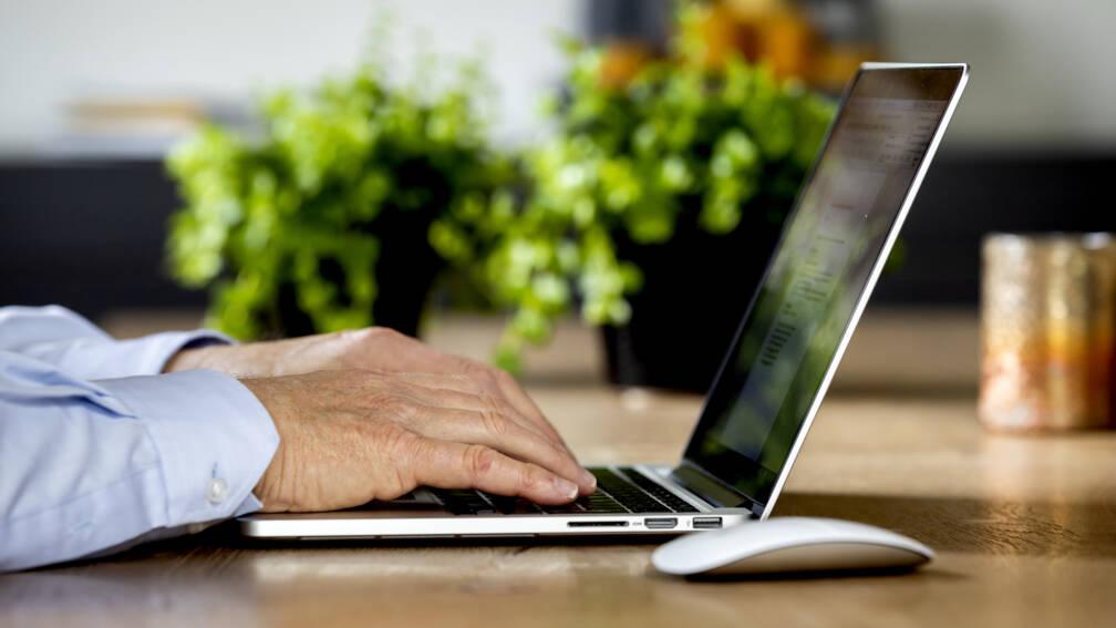 Bekijk details van Zere nek door laptop op eettafel: CNV bezorgd over thuiswerkblessures