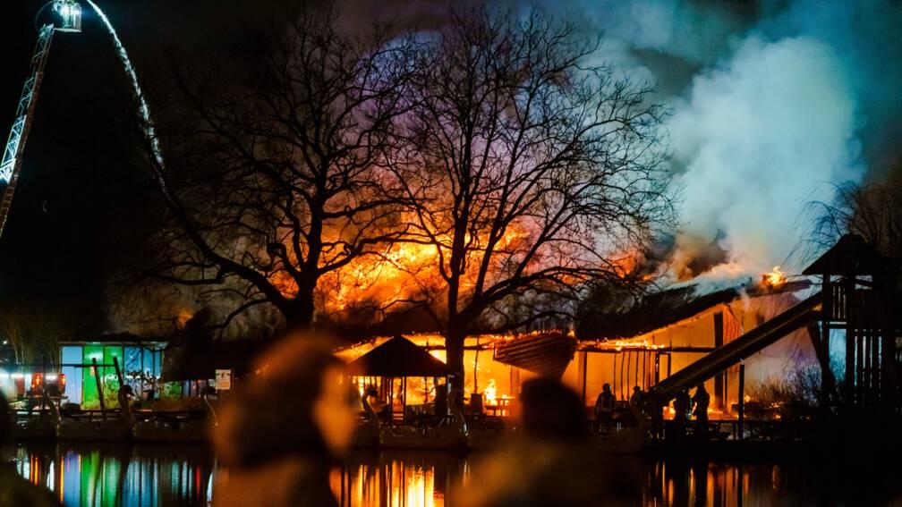 Gebouw pretpark Plaswijckpark in Rotterdam in de as, brandstichting vermoed