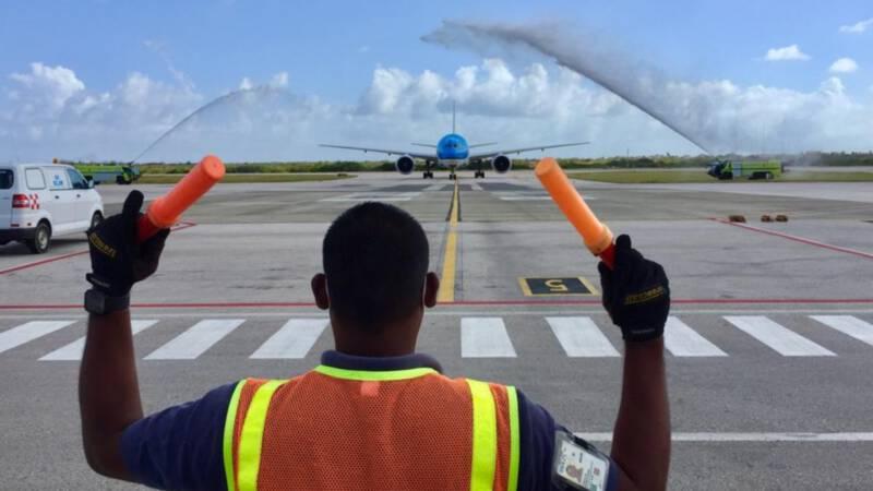 Caribische eilanden ontvangen eerste vliegtuig met vaccins met watersaluut - NOS
