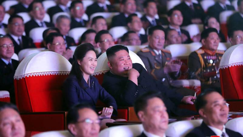 Echtgenote Kim Jong-un voor het eerst in een jaar weer gezien - NOS