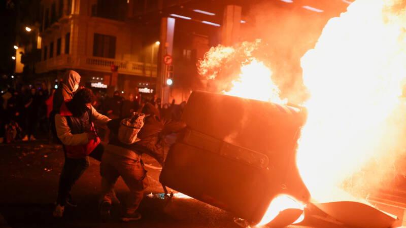 Demonstraties en rellen in Catalonië na arrestatie Spaanse rapper - NOS