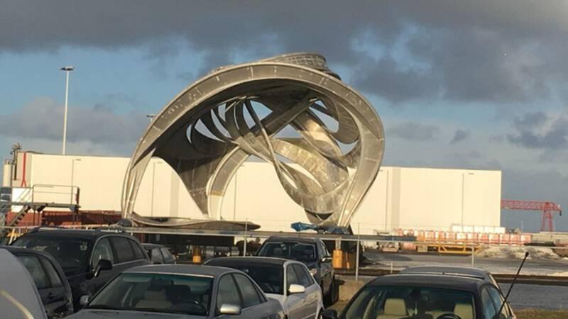 Zwervend kunstwerk van 14 meter hoog vindt bestemming in Harlingen - NOS