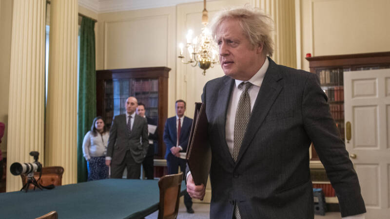 Johnson kondigt routekaart voor versoepelingen in Engeland aan - NOS