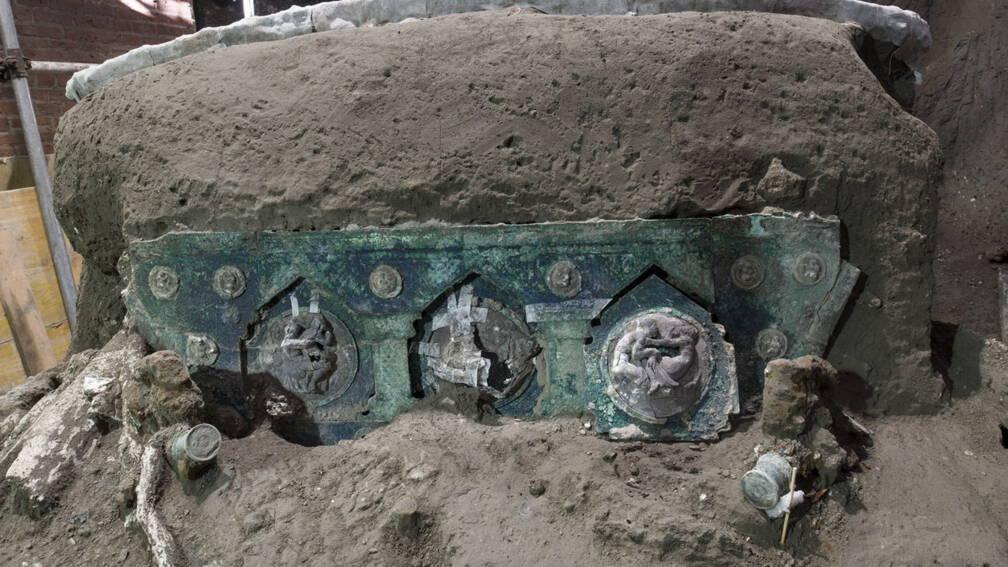 Bekijk details van Ceremoniële strijdwagen met erotische afbeeldingen gevonden in Pompeï
