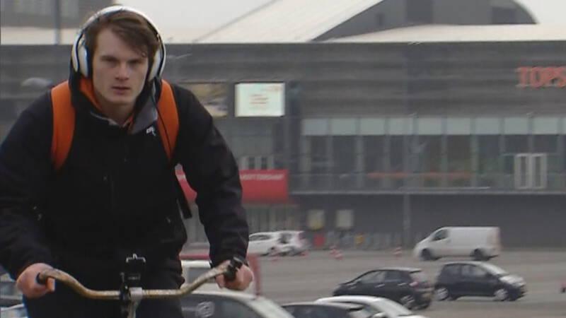 Trampolinespringer Abrahams dwars door Nederland op een fiets zonder versnellingen - NOS