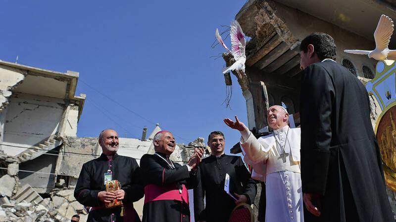 Paus in voormalig IS-bolwerk Mosul: 'Broederschap is duurzamer dan broedermoord' - NOS