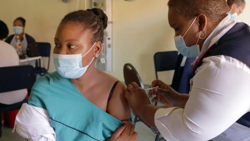 Zuid-Afrika prikt nog niet goedgekeurd vaccin, 'iedereen wil het hebben' - Nieuwsuur