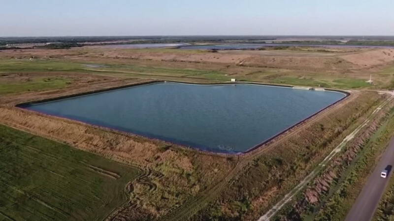 Dijk van reservoir met giftige stoffen in Florida op punt van doorbreken