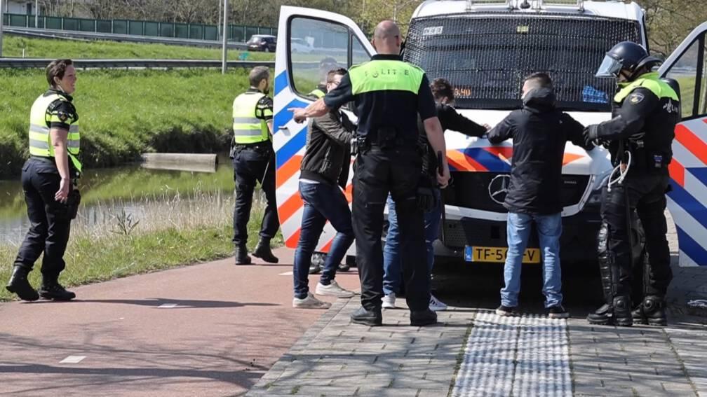 Bekijk details van Politie grijpt in bij botsing voetbalsupporters in Delft, 32 aanhoudingen