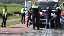 Politie grijpt in bij botsing voetbalsupporters in Delft, 32 aanhoudingen.
