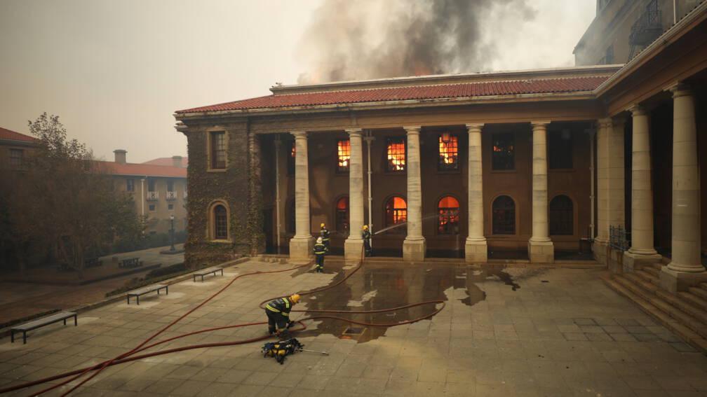Bekijk details van Grote brand op Tafelberg legt deel unieke collectie universiteit in as