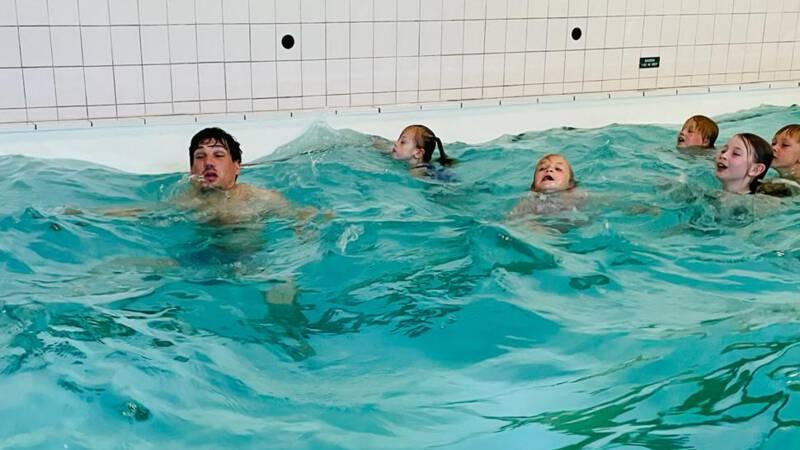 Kinderen krijgen extra zwemles: 'Lang niet gedaan en dat kan gevaarlijk zijn'