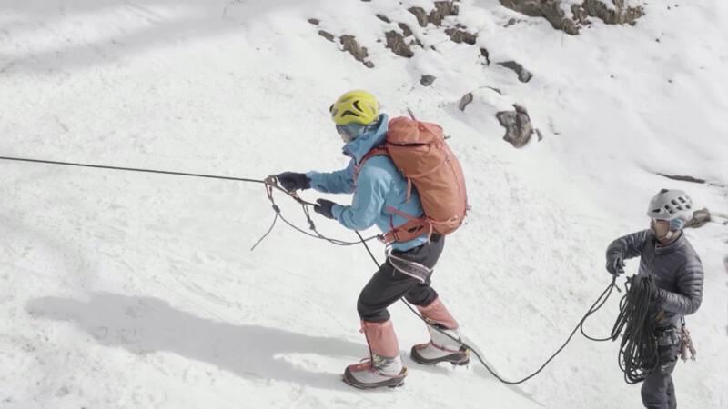 Blinde man beklimt hoogste berg van de wereld