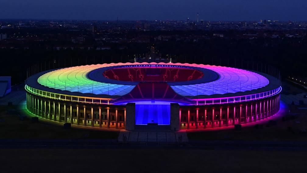 Bekijk details van Door heel Duitsland verlichte stadions, ook hier regenboogkleuren