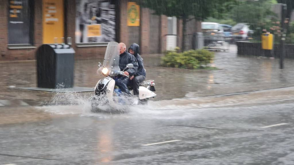 Wateroverlast Limburg: A79 onder water, mensen gered uit boerderij | NOS