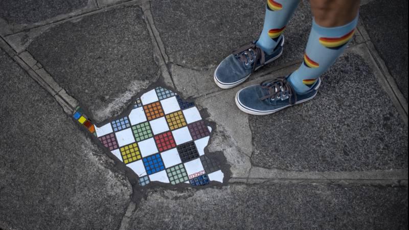 Kunstenaar repareert straten met 'liefdesverklaringen aan voorbijgangers'