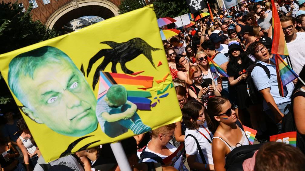 Bekijk details van Pride-optocht Boedapest verloopt rustig: 'Orbán kan met opgeheven hoofd naar Brussel'