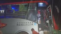 Zeker achttien doden en tien gewonden bij busongeluk India.