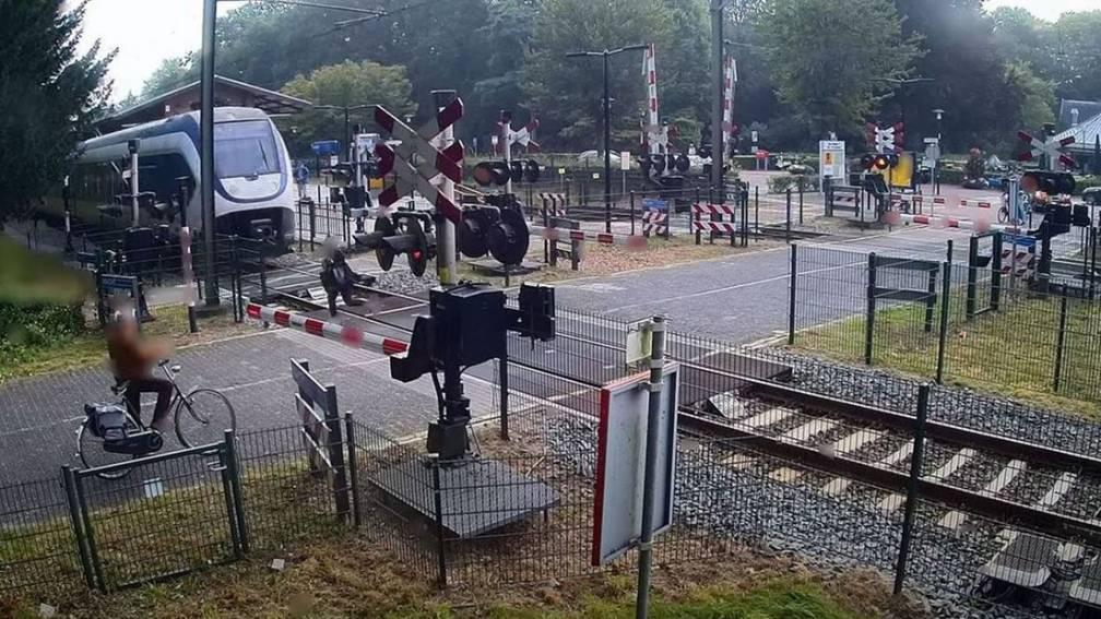 Bekijk details van ProRail waarschuwt met beelden van bijna-ongeluk op overweg
