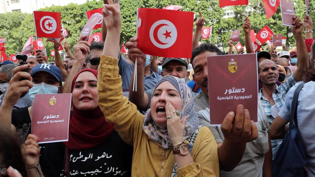 Bekijk details van Duizenden Tunesiërs protesteren tegen machtsgreep van president Saied